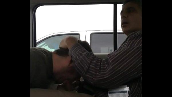 Mamando hetero escondido no carro